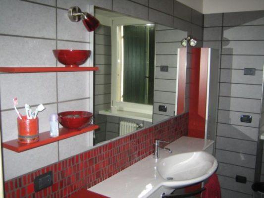 Bagno in mosaico rosso